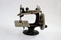 Máquina de coser de la manivela manual antigua foto de archivo libre de regalías