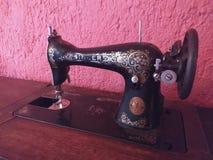 Máquina de coser negra vieja en el primero plano fotografía de archivo