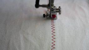 Máquina de coser que hace línea ascendente cercano almacen de metraje de vídeo