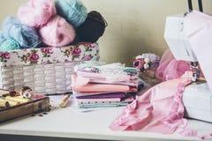 Máquina de coser, tela y accesorios de costura en el cierre de la tabla Foto de archivo libre de regalías