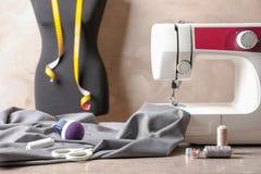 Máquina de coser, tela y accesorios para adaptar Imagen de archivo libre de regalías