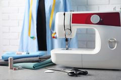 Máquina de coser, telas y accesorios para adaptar en la tabla Foto de archivo
