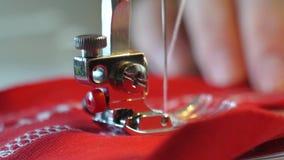 Máquina de coser un funcionamiento de la mujer almacen de video
