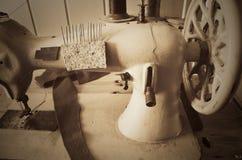 Máquina de coser vieja del volante de dirección horizontal, sepia, monocromática Imagenes de archivo