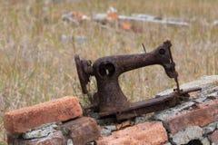 Máquina de coser vieja oxidada Imagenes de archivo