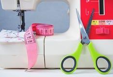 Máquina de coser y accesorios fotografía de archivo