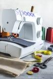 Máquina de coser y accesorios Imagen de archivo libre de regalías