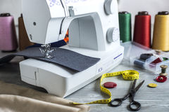 Máquina de coser y accesorios Foto de archivo libre de regalías