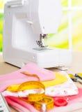 Máquina de coser y accesorios de costura Imagenes de archivo