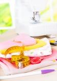 Máquina de coser y accesorios de costura Fotos de archivo libres de regalías
