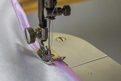 Máquina de coser y cinta rosada imágenes de archivo libres de regalías