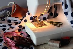 Máquina de coser y los accesorios necesarios Imagenes de archivo