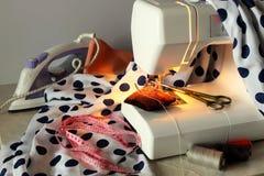 Máquina de coser y los accesorios necesarios Imagen de archivo libre de regalías