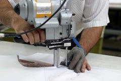 Máquina de coser y manos Fotografía de archivo