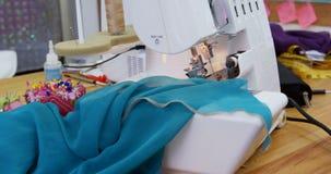 Máquina de coser y nota pegajosa en el estudio 4k de la moda almacen de video