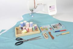 Máquina de coser y rollos del hilo, tijeras, tela y a coloridos Fotografía de archivo