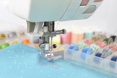 Máquina de coser y rollos del hilo, tijeras, tela y a coloridos Imagen de archivo libre de regalías