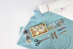 Máquina de coser y rollos del hilo, tijeras, tela y a coloridos Fotos de archivo libres de regalías