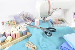 Máquina de coser y rollos del hilo, tijeras, tela y a coloridos Imagen de archivo