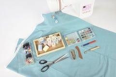 Máquina de coser y rollos del hilo, tijeras, tela y a coloridos Fotos de archivo