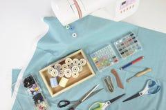 Máquina de coser y rollos del hilo, tijeras, tela y a coloridos Fotografía de archivo libre de regalías