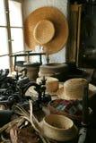 Máquina de coser y sombreros de paja viejos Foto de archivo