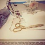 Máquina de coser y tijeras Fotos de archivo