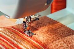 Máquina de coser y un paño blanco fino Foto de archivo