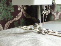 Máquina de coser y una tela natural Foto de archivo