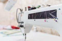 Máquina de costura com as agulhas coloridas na oficina foto de stock royalty free