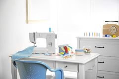 Máquina de costura com tela na tabela Fotos de Stock