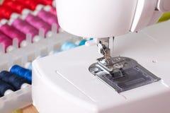 Máquina de costura e carretéis contemporâneos imagens de stock
