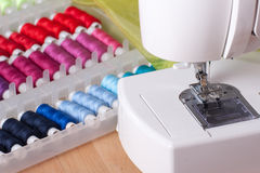 Máquina de costura contemporânea, e carretéis Foto de Stock Royalty Free