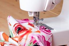 Máquina de costura e matéria têxtil Imagem de Stock