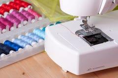 Máquina de costura e carretéis da linha foto de stock royalty free