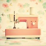 Máquina de costura cor-de-rosa Fotografia de Stock
