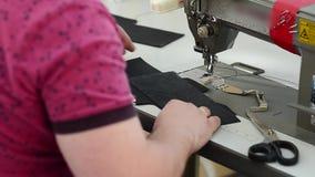 A máquina de costura da costura da mulher costura a caixa de couro para o carro video estoque
