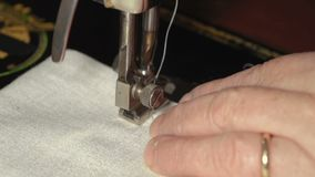 Máquina de costura do close up e mãos mesmas MF vídeos de arquivo