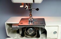 Máquina de costura e artigo da roupa Imagens de Stock Royalty Free