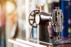 Máquina de costura e artigo velhos da roupa imagem de stock