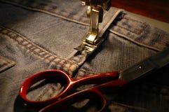 Máquina de costura e calças de ganga Fotografia de Stock Royalty Free