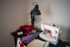 Máquina de costura e material costurar foto de stock royalty free