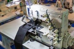Máquina de costura e pano, ninguém, fábrica da roupa imagem de stock royalty free
