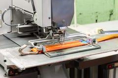 A máquina de costura industrial costura uma correia da catraca Fotos de Stock