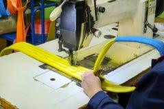 A máquina de costura industrial costura uma correia da catraca Imagens de Stock