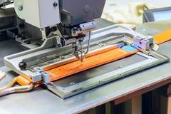 A máquina de costura industrial costura uma correia da catraca Imagens de Stock Royalty Free