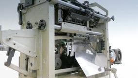 Máquina de costura industrial na fábrica da luva filme