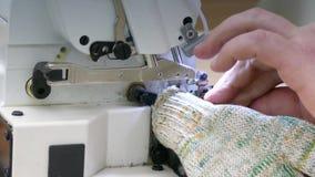 Máquina de costura industrial na fábrica da luva video estoque