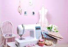 Máquina de costura, lêndea do manequim Shite e corte A composição é fotografia de stock royalty free