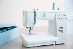Máquina de costura na tabela no ` s do alfaiate foto de stock royalty free